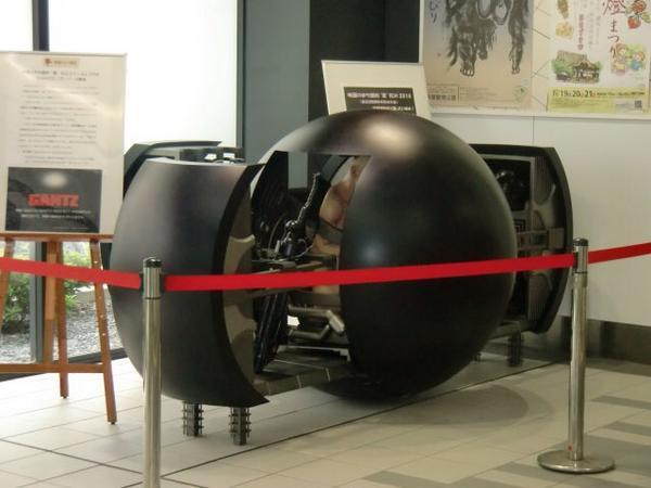 """「映画のまち調布」""""夏""""花火2014の開催を記念して、8月20日まで京王線布田駅構内に、日活撮影所が制作プロダクションを担当した『GANTZ』で実際に使用した黒球を展示しております!何やら危険な球ですので手を触れないでご覧くださいませ http://t.co/vjmcQzLFZS"""