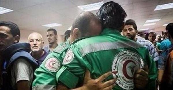 """""""@jarasscoop: مسعف فلسطيني من #غزة يكتشف أن العائلة التي توجه لإسعافها هي عائلته.... #اسرائيل_ارهابية http://t.co/AigAcbnH0A"""""""