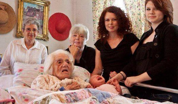 6 generations in one photograph: 111 years - 88 years - 70 years - 39 years - 16 years - 7 weeks. http://t.co/BPeiSEuSVj
