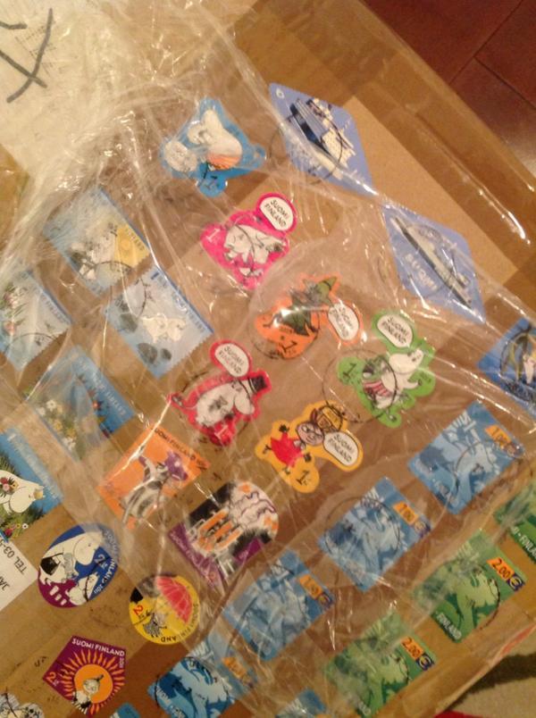 フィンランドから荷物が届いたんだけど、高額切手数枚ではなく、こんな風に少額切手が大量に貼りまくられていた。私も海外へは切手に気を使うが…さすがペリマンニ! http://t.co/aMuzAD3hrh