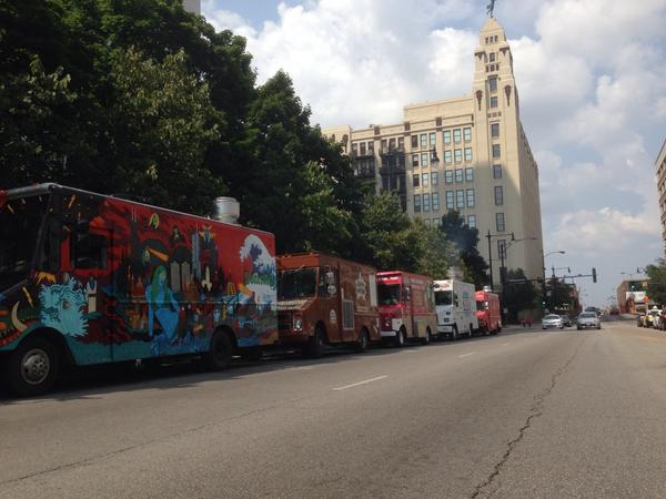 Taking it to the streets #FoodTruck  party on ChicagoAve. #TruckOnChicago @FindDaLobsta @DMenTruck @WattyPagon http://t.co/KTlAoBrPZk