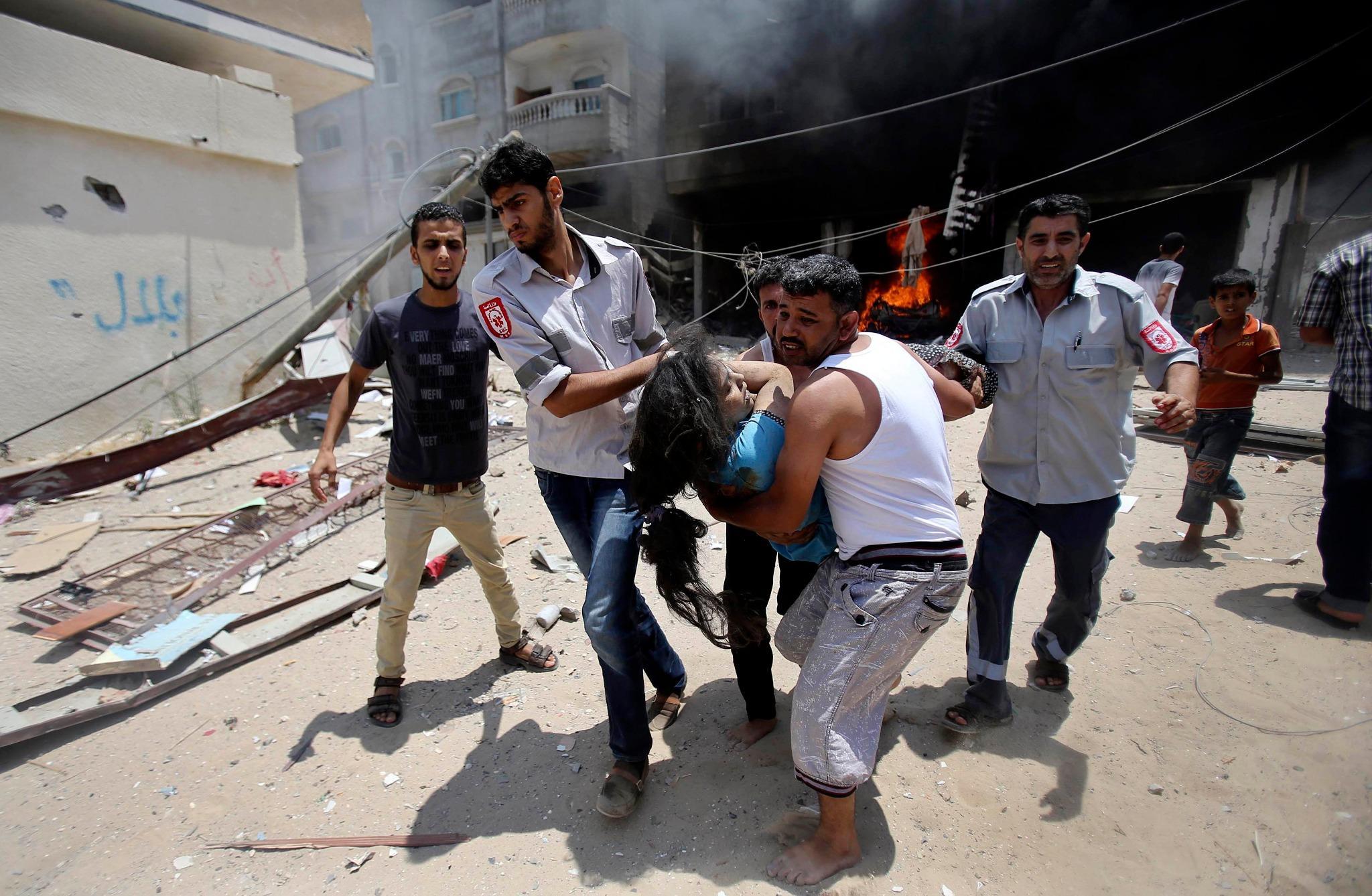 فلسطينيون يسرعون في إنقاذ طفلة جريحة أصيبت جراء قصف إسرائيلي جوي على منزلها في #رفح جنوب #غزة #غزة_تحت_النار  رويترز http://t.co/b3rmyehAiy
