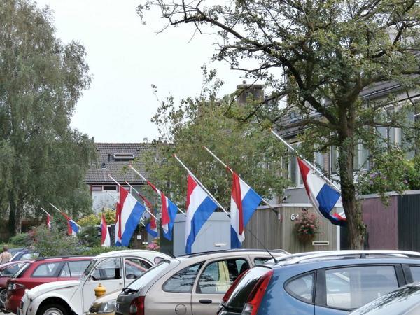 Indrukwekkend. Straat in Delft waar omgekomen familie MH17 woonde.  http://t.co/a5OEF1PxhL