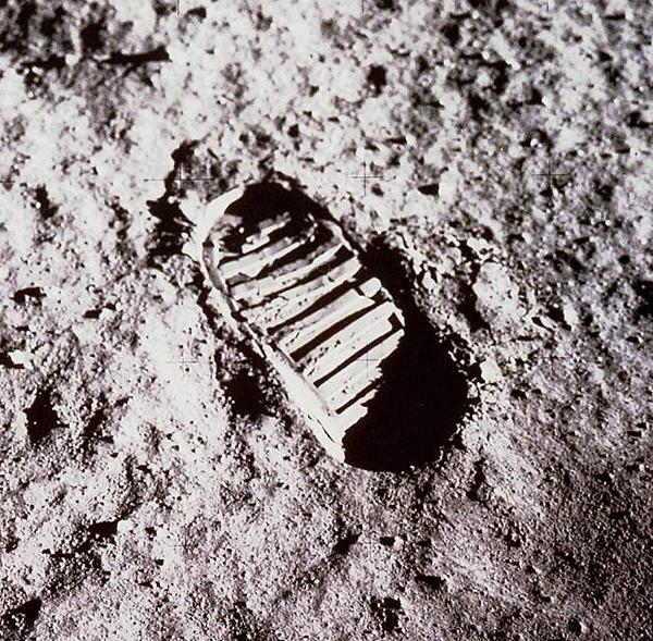 "RT @NASA: 45 yrs ago now ""That's one small step for (a) man…one giant leap for mankind."" -Neil Armstrong  #Apollo45 #Apollo11 http://t.co/mubNXbsTBR"