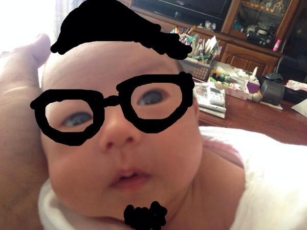 親戚たちに娘の写真を見せたら、俺に似てると言われることが結構多いので思いきってよせてみた。こんなイタズラする父を許してくれ娘よ。 http://t.co/okPIqRdQGl