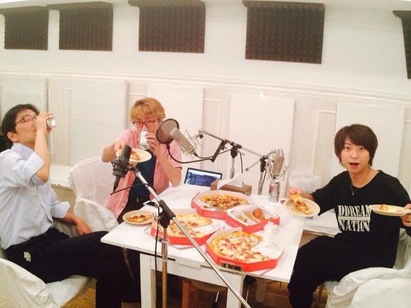 夏コミ「沙屋柿原堂」CDの収録風景。マイクにピザ、よくあるスタジオの風景です。  #沙屋柿原堂 http://t.co/pUInn8aTdz