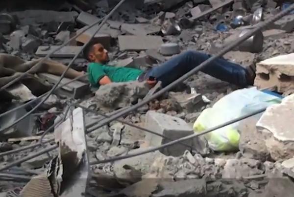 Yusuf Özhan (@Yusuf_Ozhan): Ölülerini almaya gelenleri sniper'la vurarak da tüm savaş suçlarını tek tek tatbik etmiş oldu http://t.co/trZiztuBUp http://t.co/FOlWvY7ayZ