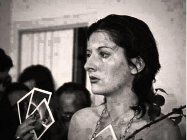 ماريَّنا ابراموفيك قامت سنة 1974 م بخوض تجربة لتتعرف أكثر على تصرفات البشر اذا منحت لهم حرية القرار بدون شرط .. http://t.co/0UMfXwxLhx