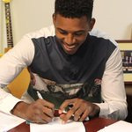 Nick Young, firmando el contrato que le une a los Lakers. Swaggy P is back in LA https://t.co/ggeEyRi7L2