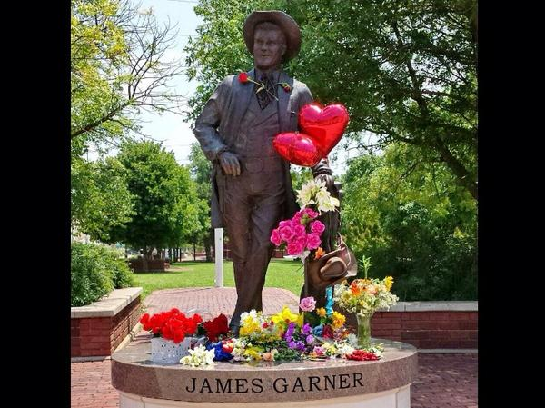 @RealJamesWoods Please share this photo of James Garner statue in his hometown Norman, Okla with Lois Garner http://t.co/p3sXtk8RJX