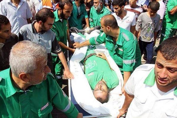 月曜日、病院3ヶ所と救急隊をイスラエルは攻撃!!この日だけで100人以上パレスチナ人が殺された! これは「自己防衛」ではなく戦争犯罪です!! (写真: 殺された救急隊の Fouad Jaber) #GazaUnderAttack http://t.co/5LJcnXqG7R