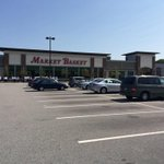 One more #MarketBasket stop: Burlington. Plenty of close spots available. Customers picketing too. #WCVB http://t.co/0APp4xmJLw