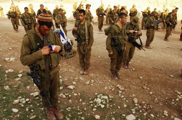 Great picture of IDF soldiers praying before going to battle with Hamas terrorists http://t.co/rogSjMIt34