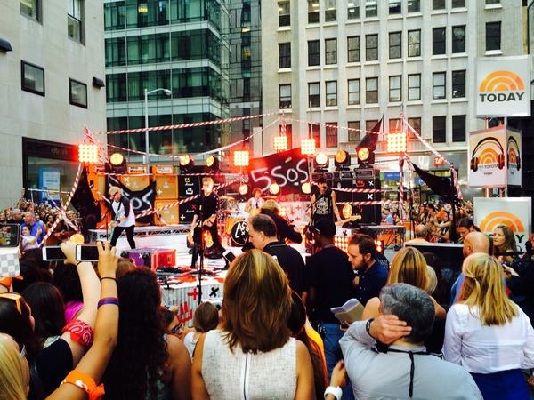 #5SecondsofSummer rockin' the Plaza... huge crowd here @TODAYshow! http://t.co/UW0XEjMSpp