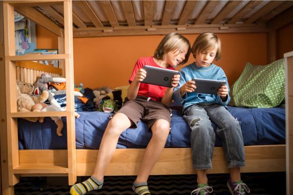 Desenhos, filmes e games. Com um dos #tabletsHP em mãos o mundo fica pequeno para seus filhos #vidadigital http://t.co/eDaxfEvXAD