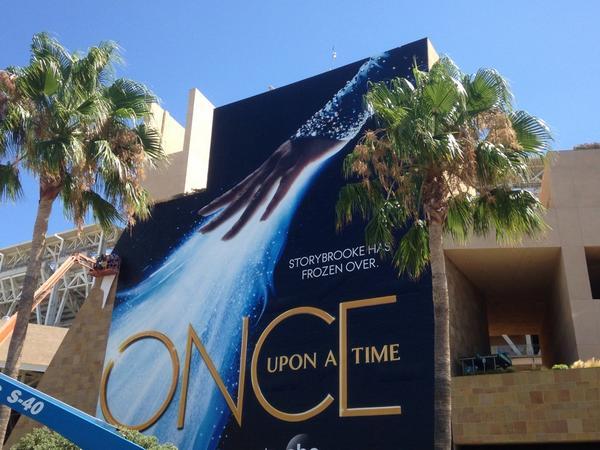 Queen Elsa wrap is done! #OUAT #Frozen #SDCC http://t.co/drLD6Shf6a