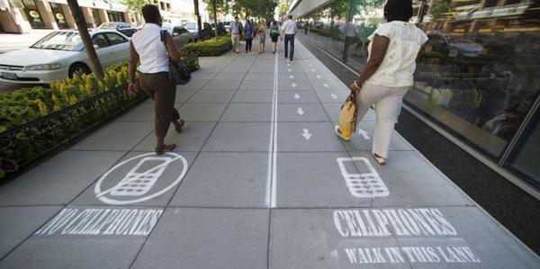.@NatGeo experiment with no-cellphone sidewalks in Washington D.C. http://t.co/cC3MJDaLPv #URBANESCAPE #FAKETASTIC http://t.co/XbKrei3iHW