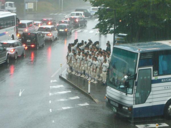 【中世】決勝で負けた野球部が激しい雨の降る中、応援バス一台一台に頭を下げる姿に感動の声