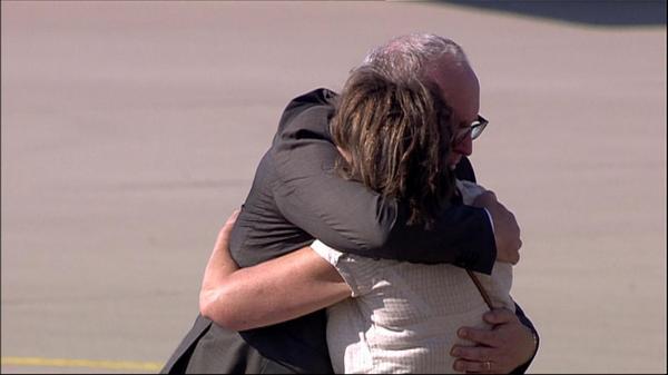 Timmermans omhelst een nabestaande op de vliegbasis Eindhoven.  http://t.co/6biTalqf37 http://t.co/CpLt9Jb6s7