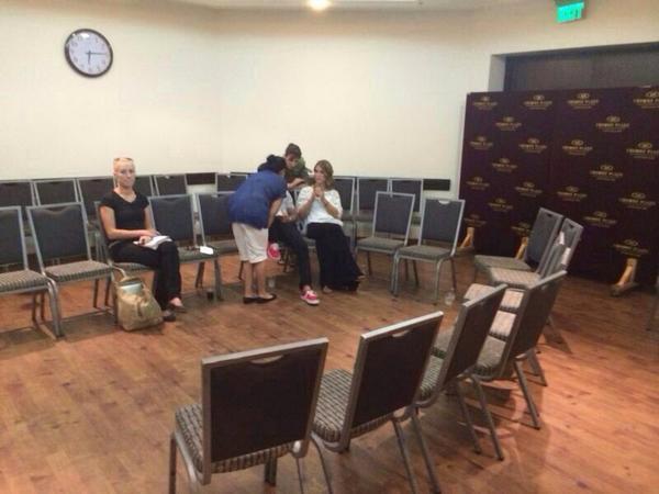 המשפחה האבלה של הלוחם מקס שטיינברג יושבת שבעה במלון קראון פלאזה, קומה -1 בירושלים. החדר גדול ואין מנחמים. לטיפולנו. http://t.co/YxXT0aWarm