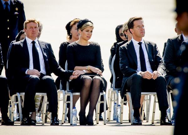De Koning, Koningin en minister-president Rutte in Eindhoven bij terugkeer eerste slachtoffers van vlucht #MH17 http://t.co/HX5Vt7etTG