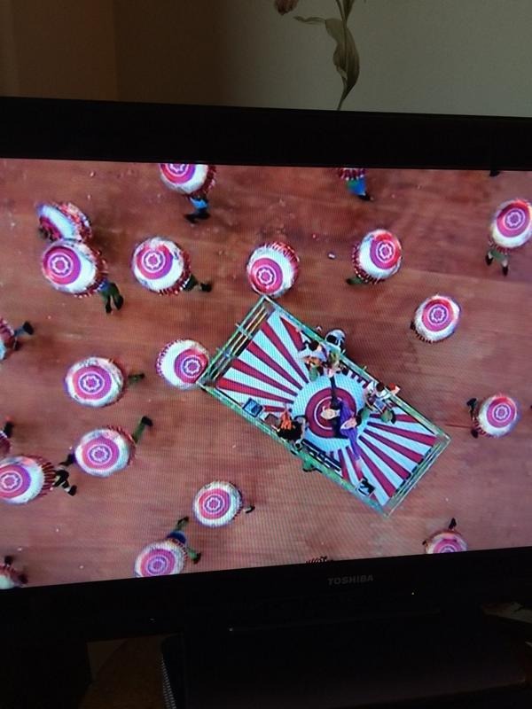Bit of Tunnock's Teacake action in the opening ceremony! #glasgow2014 #openingceremony #teacakes #tunnocks http://t.co/lX8l0hGBAx