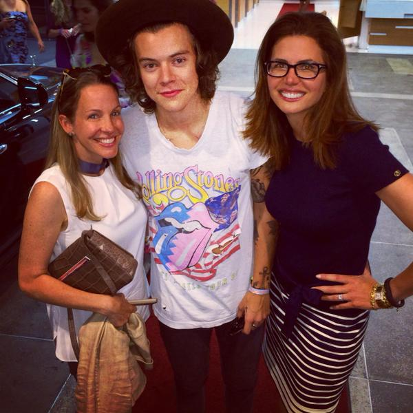 I liked this guy's @RollingStones shirt so much that I asked him to take a photo with us ;) @Harry_Styles http://t.co/rT5dSsVqA9