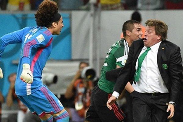 La mejor foto del Mundial para @guardian En ella @MiguelHerreraDT y @yosoy8a http://t.co/sWgx9uvdWS
