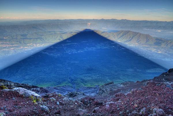 La sombra del Monte Fuji vista desde la cima http://t.co/9E3W3CDaEd