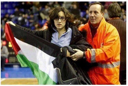 مؤكد أن تشي جيفارا ، فخور بحفيدته التي اقتحمت مبارة كرة في البرازيل ترفع علم فلسطين تضامنا مع غزة #غزة_تقاوم http://t.co/RPbaVoQ0WP