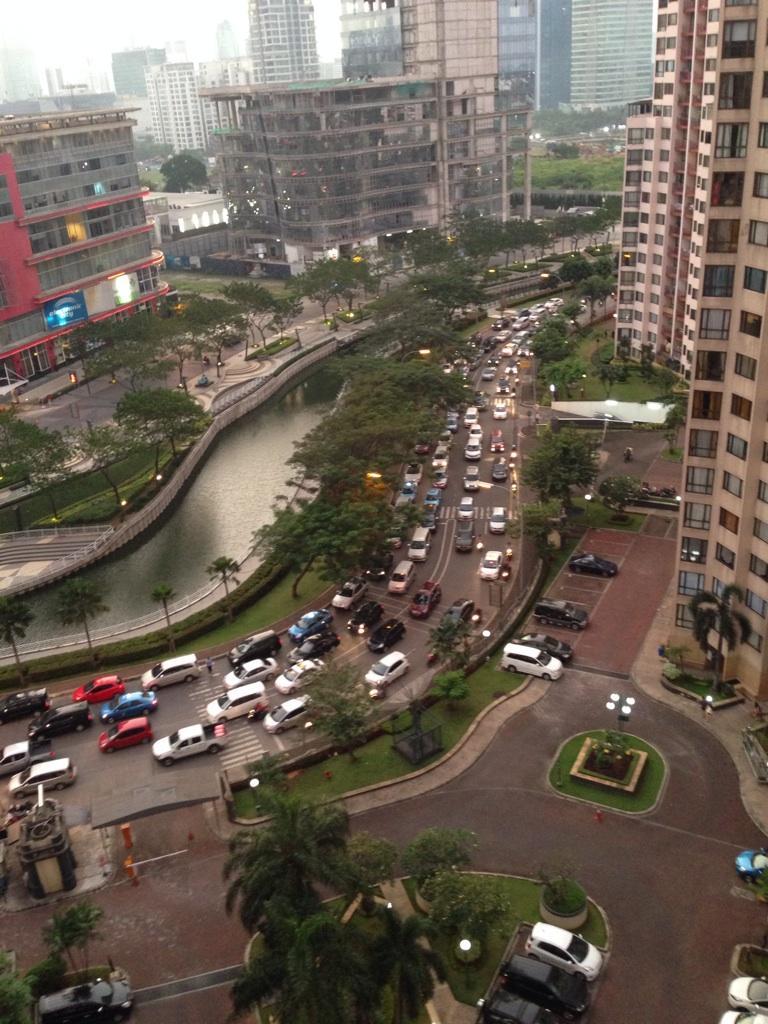 @lewatmana #JKTS Jl. Epicentrum Boulevard Timur http://t.co/Ike5dVQOnK