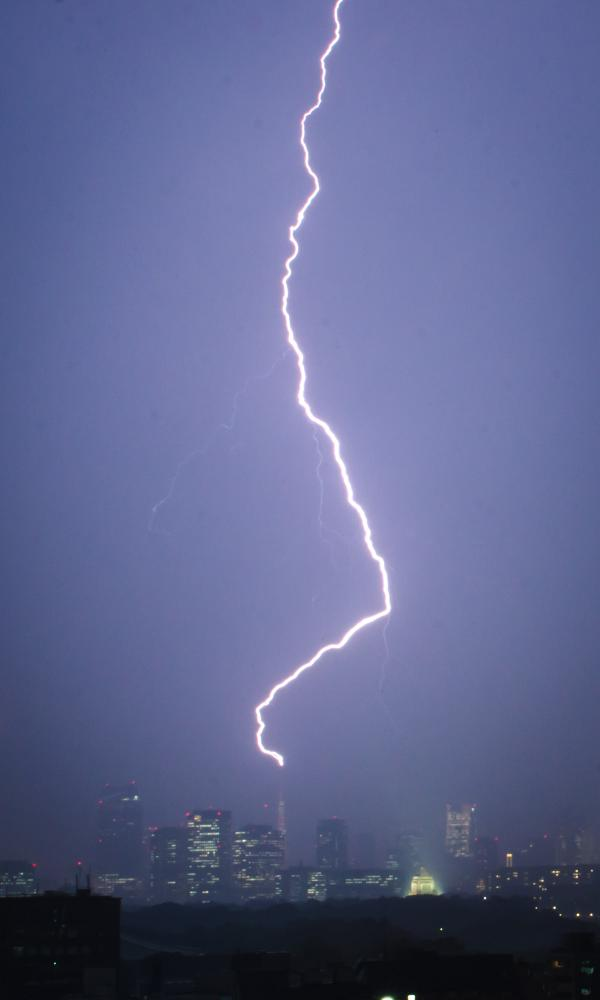東京タワーに雷が落ちた。ベランダから撮った写真。 Tokyo Tower struck by lightning tonight - shot from the balcony http://t.co/9zFlcq1Pwb