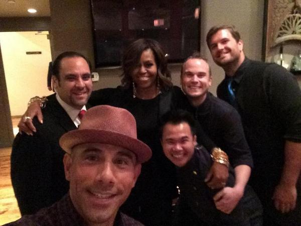 Such an honor to have Mrs. Obama dining with us tonight! Staffs selfie! http://t.co/4VIFeScw50
