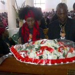 RT @RedPepperUG: PHOTO: Singer Juliana Kanyomozi & Amon Lukwago laying a wreath on the coffin of their fallen son Keron Raphael Kabugo http://t.co/fV9alpD31E