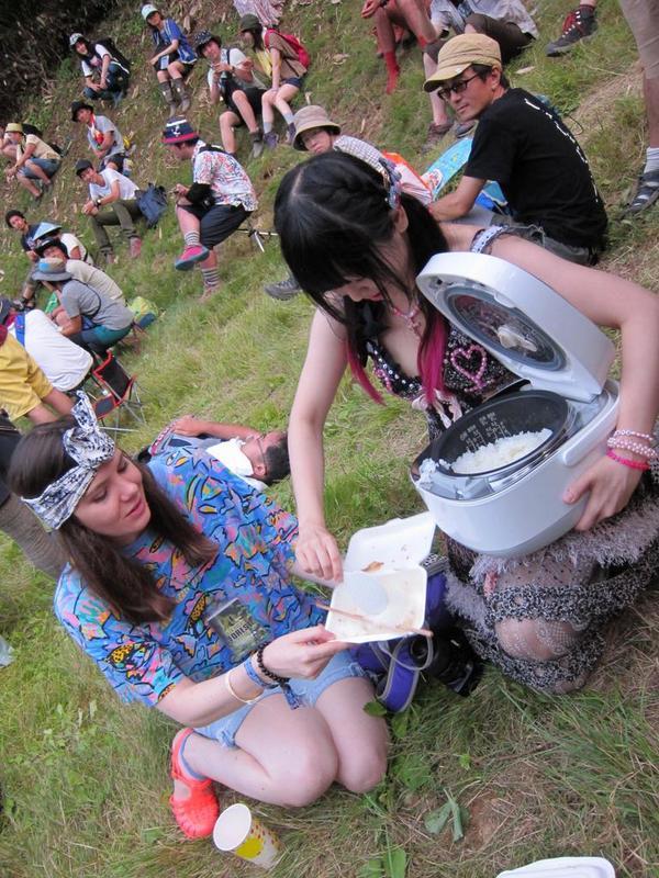 大森靖子は、ステージ後方に突如あらわれ、炊飯器で白米を配ってからライブを始めました。なにこれ。。 #fujirock http://t.co/1HOO0YMrZN