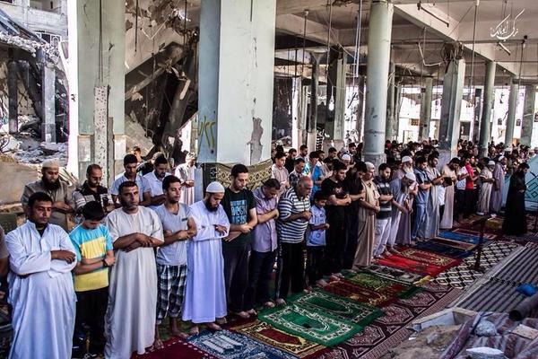 Solat Jumaat di Gaza hari ini. Walau masjid-masjid banyak musnah, rosak dibom Zionis, iman Gaza tak goyah. http://t.co/OHjbJdh5X5