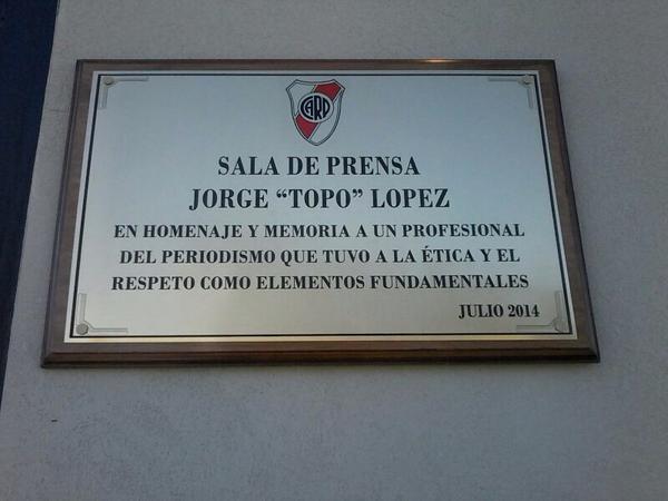 Homenaje de River a Jorge López http://t.co/4IKI7fN36L
