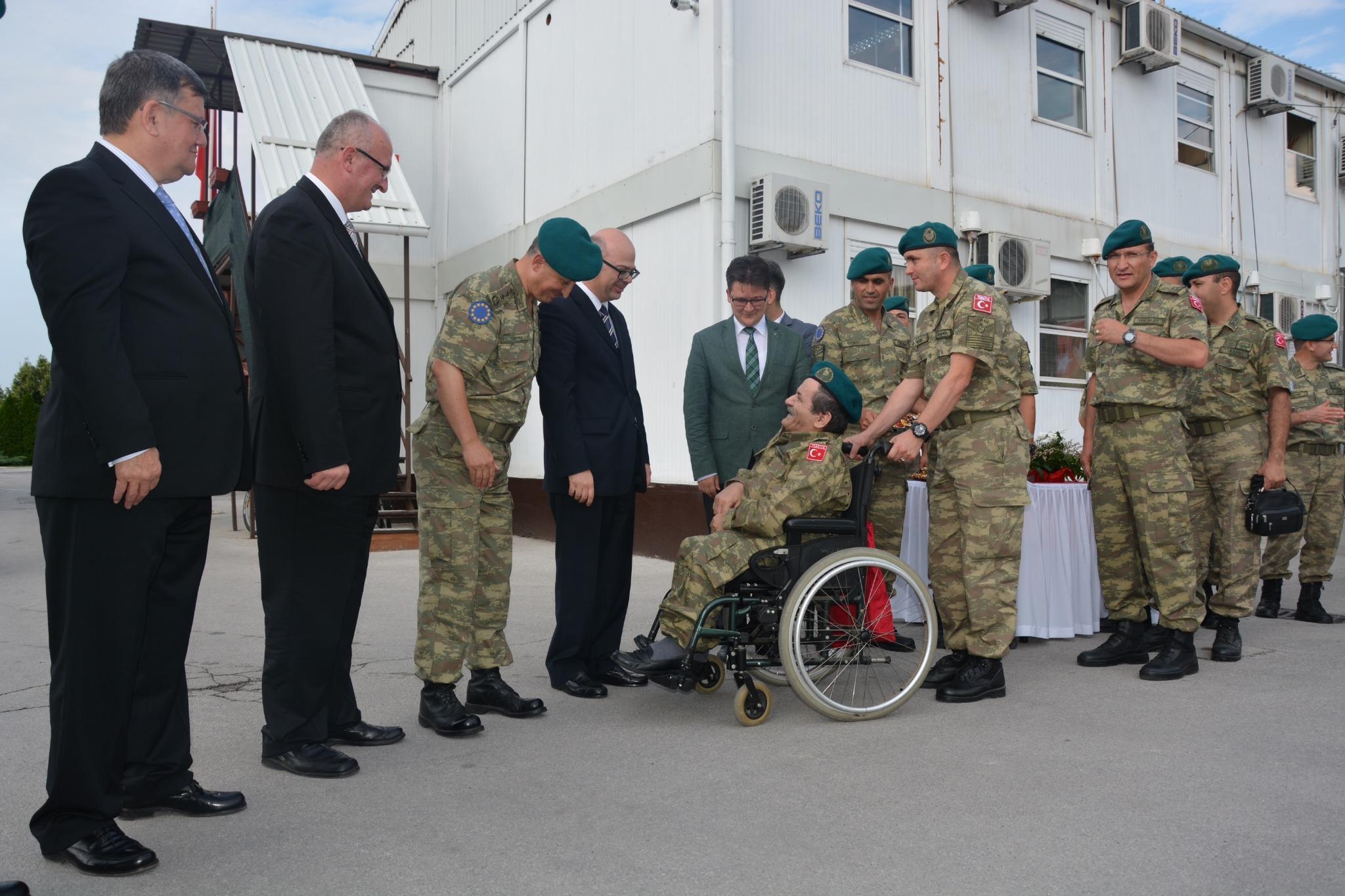 Büyükelçi Sayın Cihad Erginay'ın, EUFOR bünyesinde görev yapan birliğimizle bayramlaşmasından http://t.co/oHTdqYhX7d