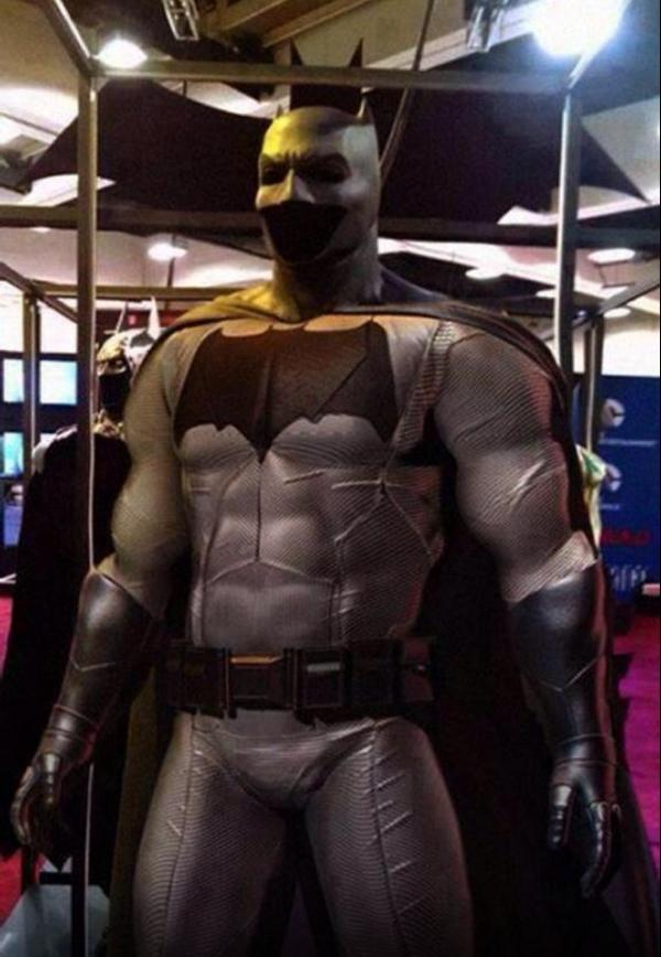 This looks remarkably like @BenAffleck's batsuit doesn't it? #BatmanvSuperman #SDCC