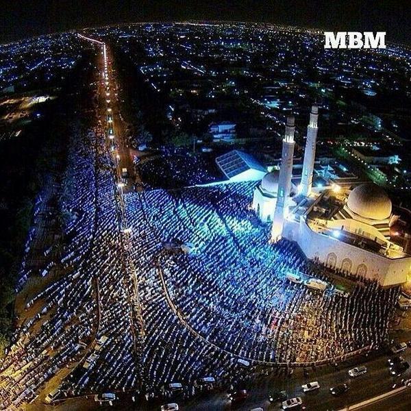 مسجد الشيخ سعود في الشارقه ليله 27 .. تبارك الله http://t.co/EZGr4As4gy