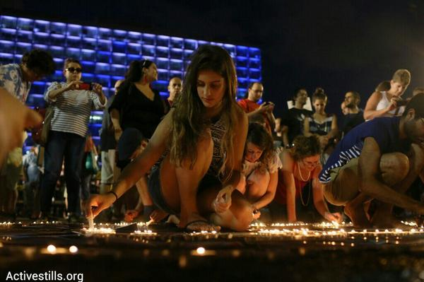 NOW: 1000s in Tel Aviv protest Gaza war. Photo: Israelis light candles to commemorate victims. (by @activestills) http://t.co/dT0PII5Fuq