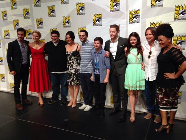 #Oncers, check out your good looking #OnceUponATime cast at #SDCC with panel moderator @YNB! @OnceABC http://t.co/B0tjoJIUdR