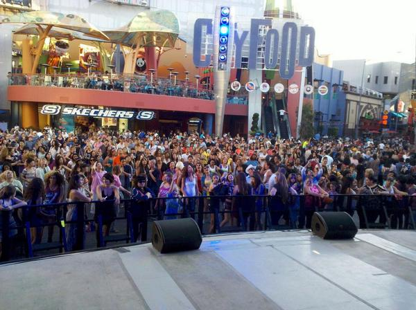 Awesome crowd of mobbers! We are having a super fun #NationalDanceDay w/ @HOTtamaleTRAIN at #5Towers @CityWalkLA!! http://t.co/lo33lGns37