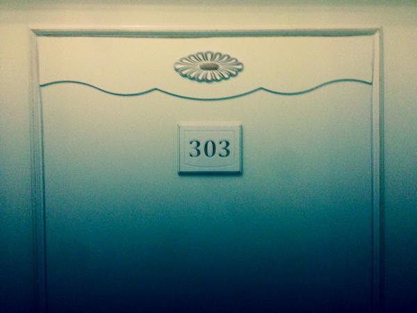 My acid hotel room... http://t.co/uCN8JPXTZ7