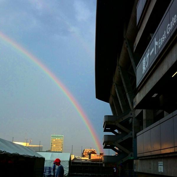 ももクロ日産スタジアム2日目、ゲリラ豪雨で開演が1時間以上も押すも、雨上がりには大きな大きな虹。キレイだったー! http://t.co/vfOjuf9wnE