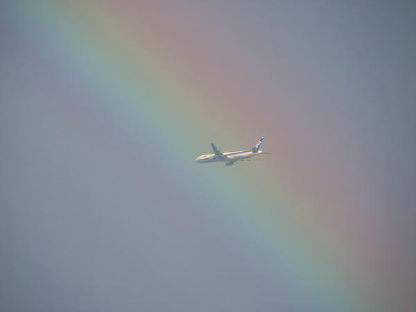 """スゴイ! """"@mysky_: 奇跡の一枚!   RT @binbornign: 今日の夕暮れ、虹がかかった空を飛ぶ飛行機。 #mysky #airplane http://t.co/RRDEASGvfR"""""""