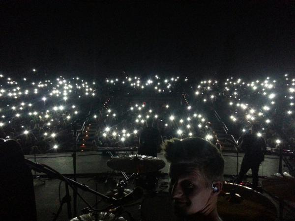"""Awesome moment last night. Playing """"Come Back To Me"""" with cell phones as lighting. http://t.co/sKSTBz2Sxa"""