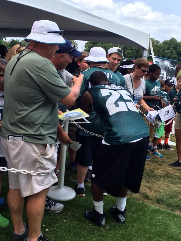 Good job by @CutonDime25 after practice signing autographs for the fans. @FOX29philly