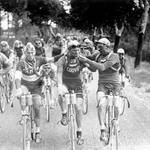 A casual ciggie with friends. Just a more relaxed Tour de France, from years gone by https://t.co/CEXK5vHOln