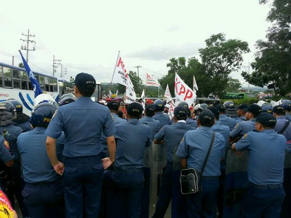 """""""Walang mamamalo,"""" a police leader tells his men as Sanlakas protestors approach Commonwealth Litex on foot. http://t.co/BCyTCbTNHS"""